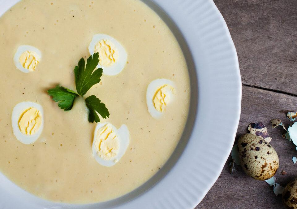 Sopa de pollo al limón con huevos de codorniz