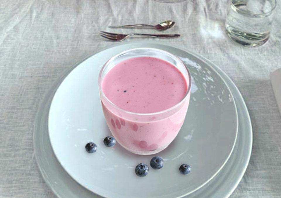 Yogur griego helado con NutriDefense de frutos del bosque